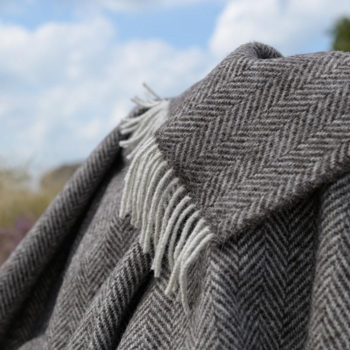 Ungefärbte Wolldecke im Fischgrätmuster, dunkelbraun